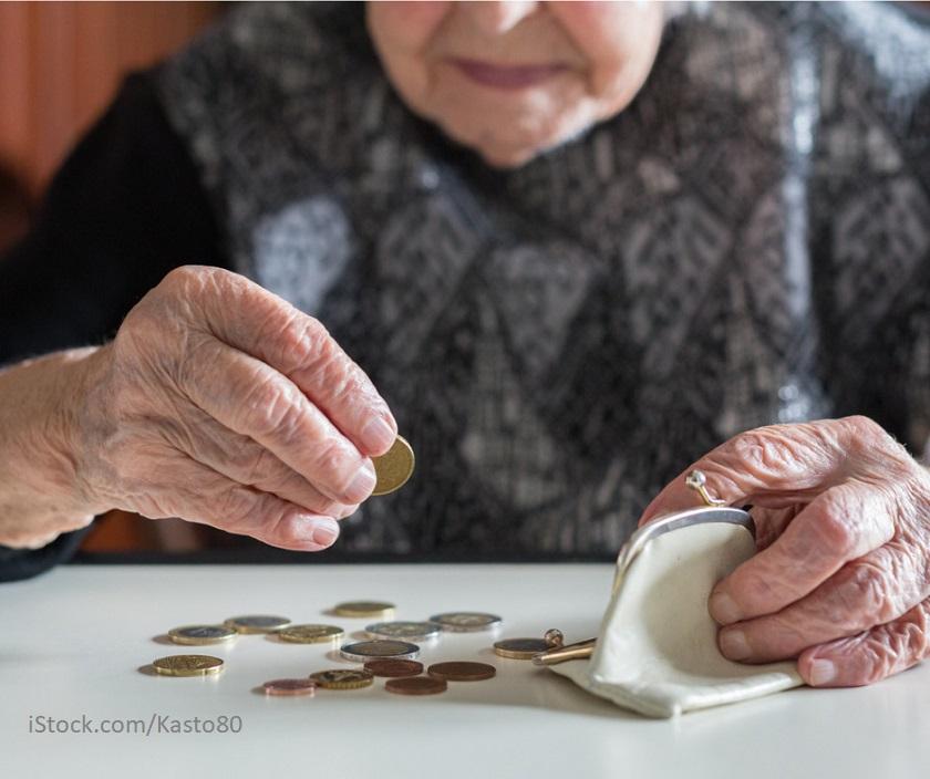 Ältere Frau zaehlt Kleingeld