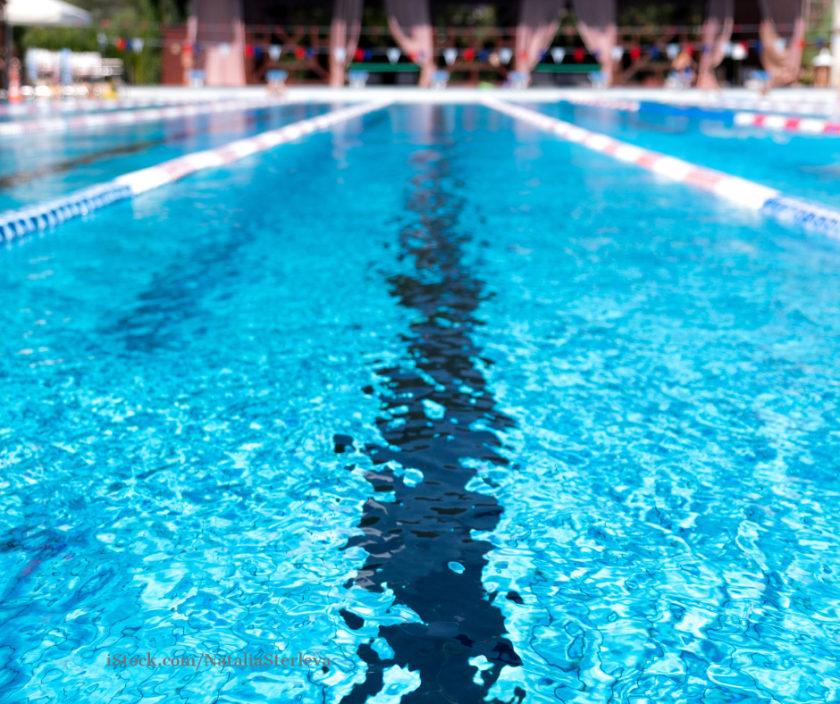 Blick auf die Bahn eines Schwimmbeckens