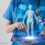 Das Bild zeigt einen Arzt mit einer elektronischen Patientenakte