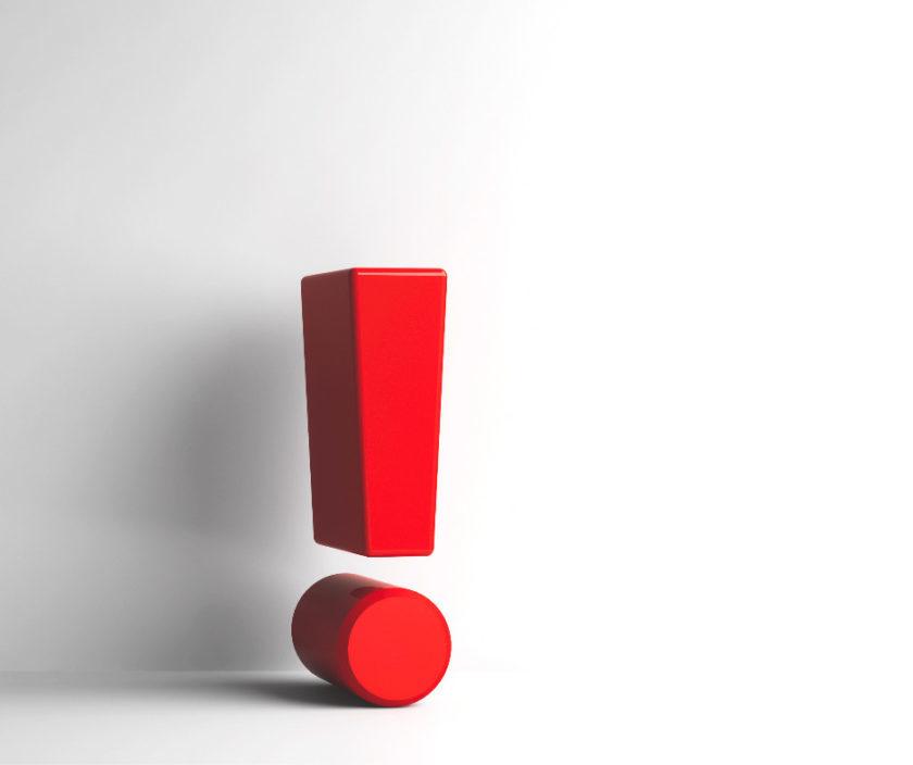 rotes ausrufezeichen vor weisser wand