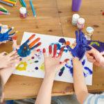 Kinder malen mit Fingerfarbe