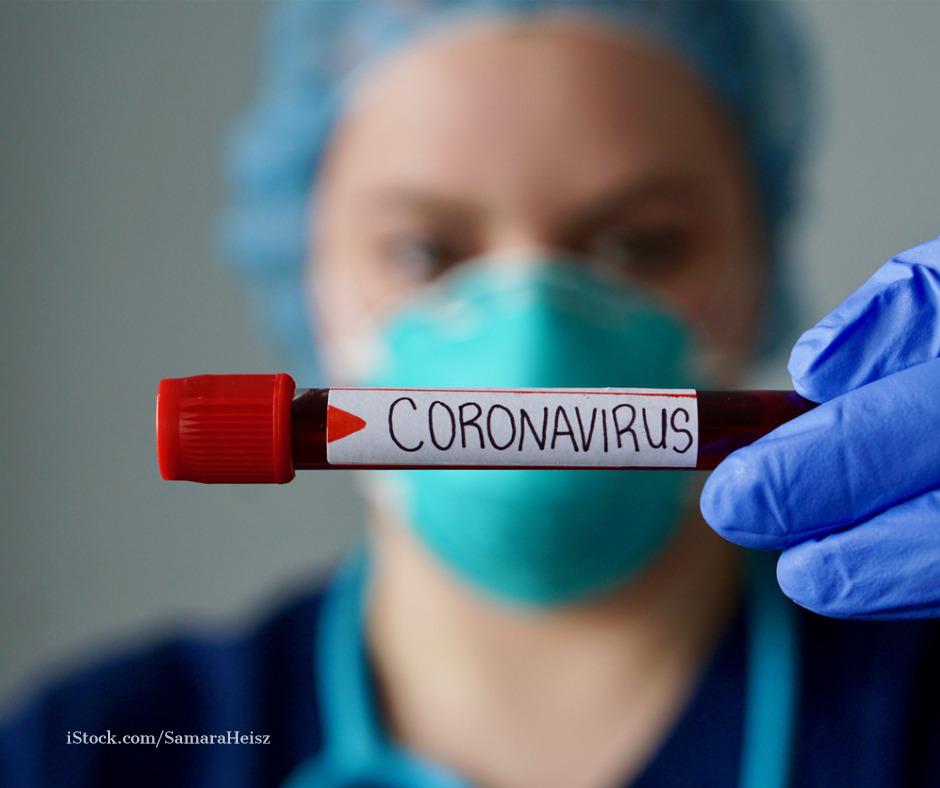 Eine Krankenschwester haelt einen Covid-Test in der Hand