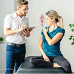 Physiotherapeut bespricht mit Patientin einer Schulterproblematik