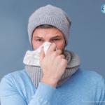 Mann mit Taschentuch vor der Nase