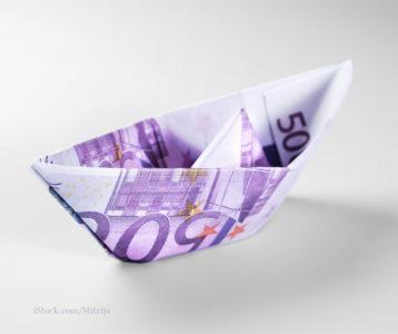 Ein aus einem 500 Euroschein gefaltetes Boot