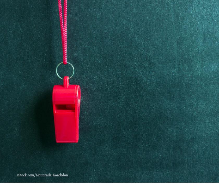 rote Thrillepfeife auf schwarzen Hintergrund