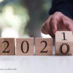 HolzKloetze mit den Jahreszahlen 2020 und 2021