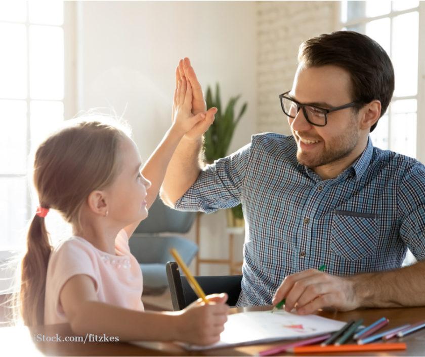 Maedchen und Vater beim Homeschooling