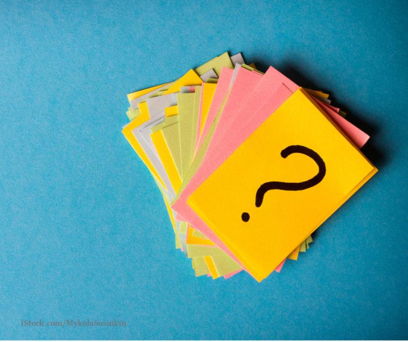 Kleine bunte Zettel mit Fragezeichen