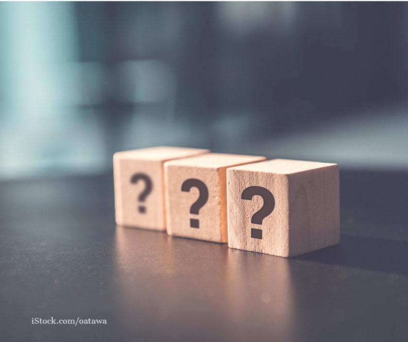 Drei Fragezeichen auf drei Wuerfeln dargestellt