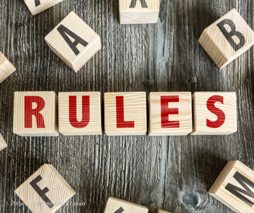 Baukloetze mit der Aufschrift RULES
