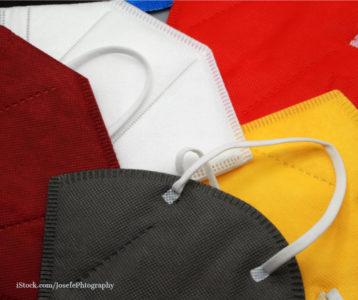 FFP2 Masken in den Farben gruen, gelb weiß und rot