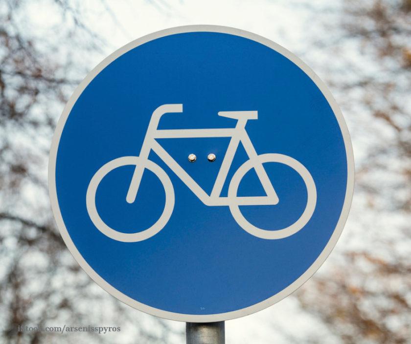 Blaues Verkehrsschild mit Fahrradsymbol