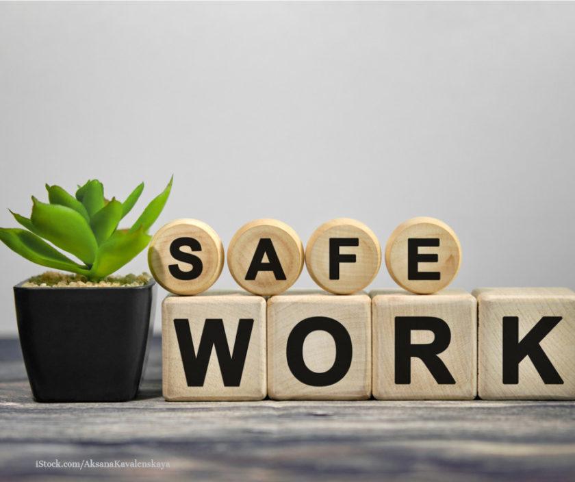 Schriftzug safe work auf holfkloetzen