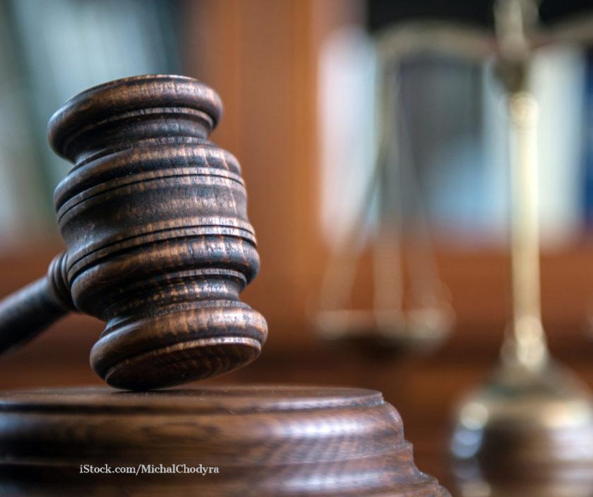 Das Bild zeigt einen Gerichtshammer