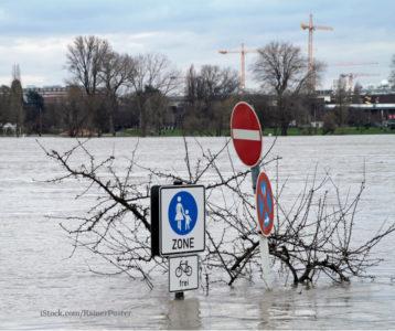 Das Bild zeigt Hochwasser auf der Straße.