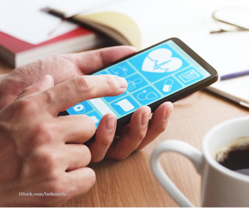 Zu sehen ist eine Hand haelt ein Smartphone in der Hand. Darauf ist eine Gesundheitsapp zu sehen.