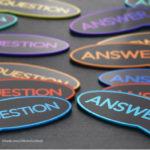 In mehreren Sprechblasen steht Question und Answer.
